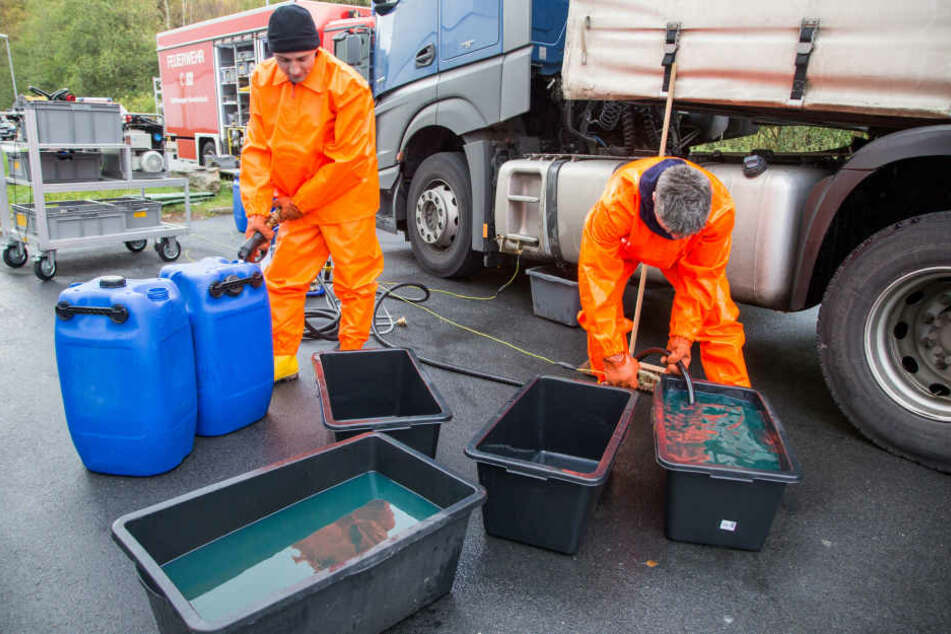 Die Einsatzkräfte pumpten den verbliebenen Diesel in Behältnisse ab.