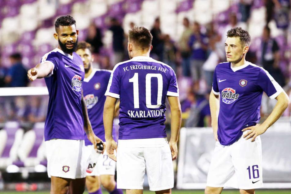 Die Auer (v.l.) Cebio Soukou, Simon Skarlatidis und Mario Kvesic diskutieren  nach dem 0:2 gegen Braunschweig. Es hat viel gepasst, nur der Abschluss  nicht.