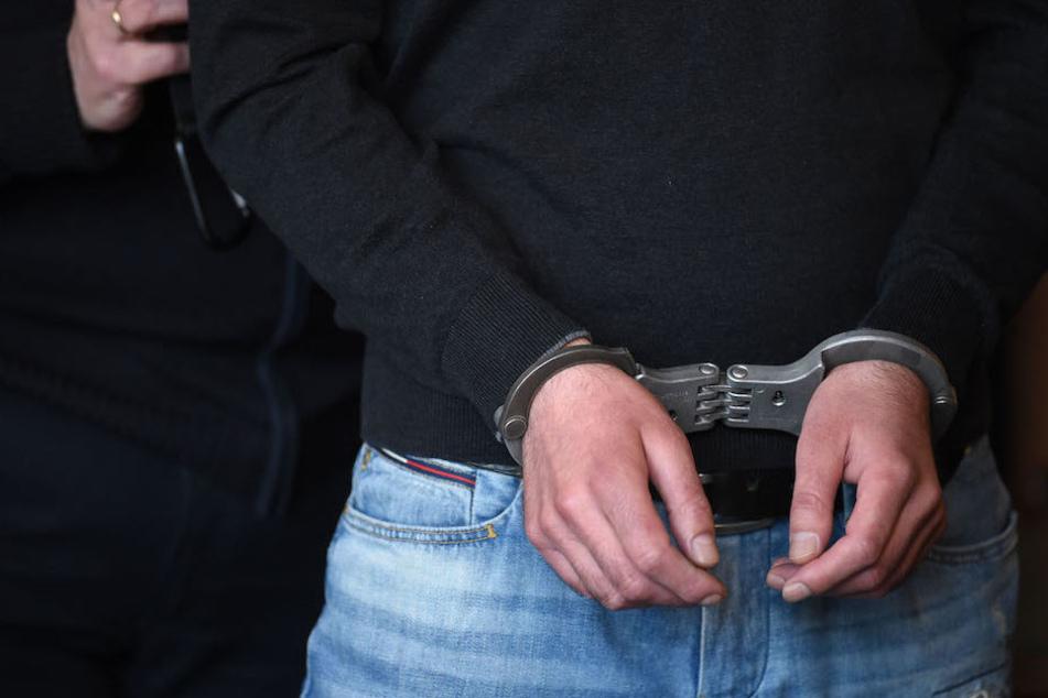 Nach dem Hitlergruß und den rechten Parolen wurde ein 27-Jähriger in Berlin festgenommen. (Symbolbild)