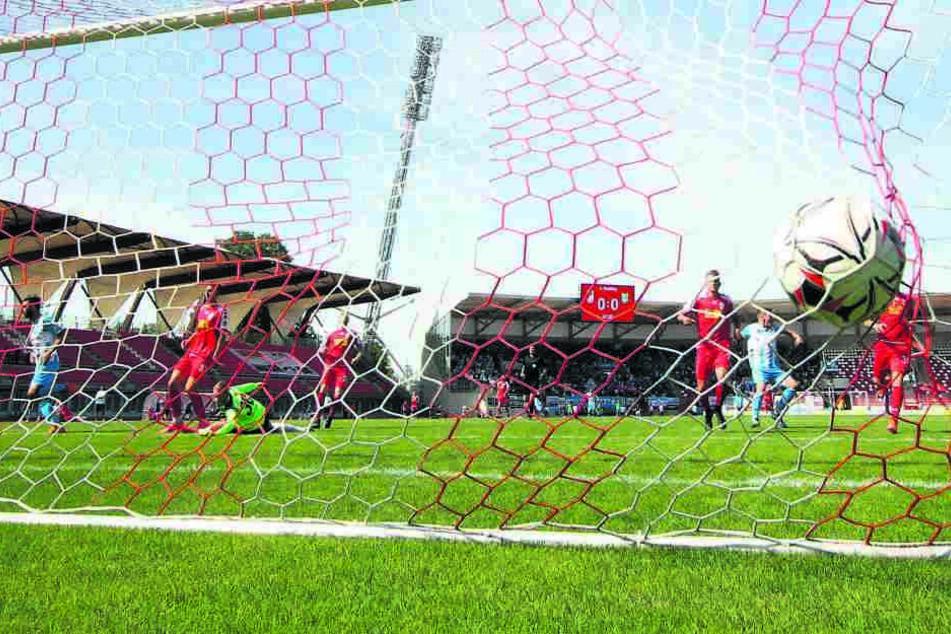 Im Hinspiel brachte Dejan Bozic den CFC in dieser Szene in Führung. Am Ende feierten die Himmelblauen einen ungefährdeten 3:0-Auswärtssieg.