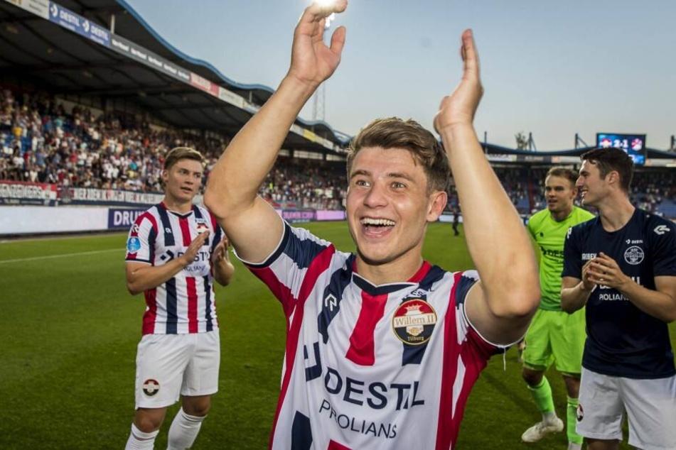 Mats Köhlert freut sich gemeinsam mit den Fans über den Sieg und seinen Doppelpack.