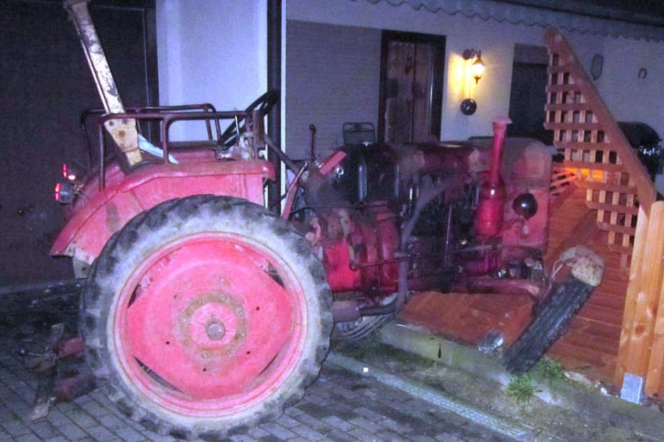 Der Täter hat mit dem Traktor eine wahre Tour der Verwüstung hingelegt. Mehrere Garagentore, Autos und Motoroller mussten dran glauben.
