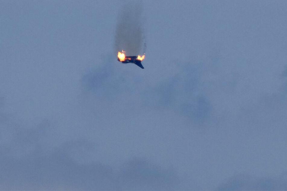 """Ein brennendes Flugzeug des Typs """"Eurofighter"""" ist am Himmel über der Kleinstadt an der Mecklenburgischen Seenplatte zu sehen."""
