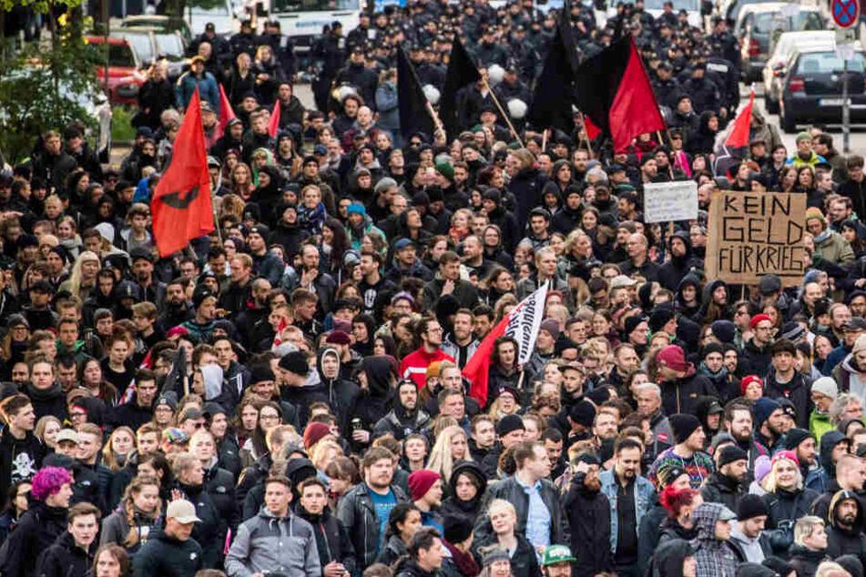 """Teilnehmer der """"Revolutionären 1. Mai-Demo"""" ziehen durch Hamburg."""