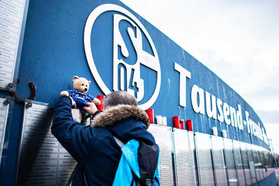 """Fans legten an der """"Tausend-Freunde-Mauer"""" viele Gegenstände in Gedenken an Rudi Assauer nieder."""