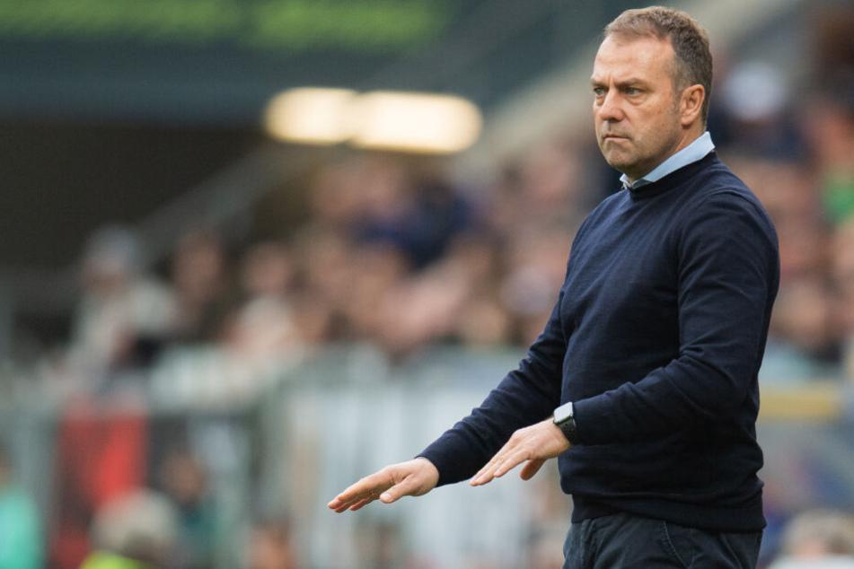 Münchens Trainer Hans-Dieter Flick gestikuliert an der Seitenlinie.