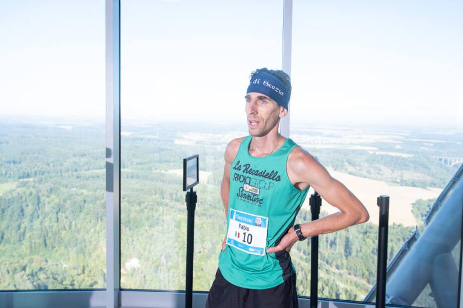 Der Erstplatzierte der Männer, Fabio Ruga aus Italien, steht nach dem Towerrun auf der Aussichtsplattform des Rottweiler Testturms von ThyssenKrupp.
