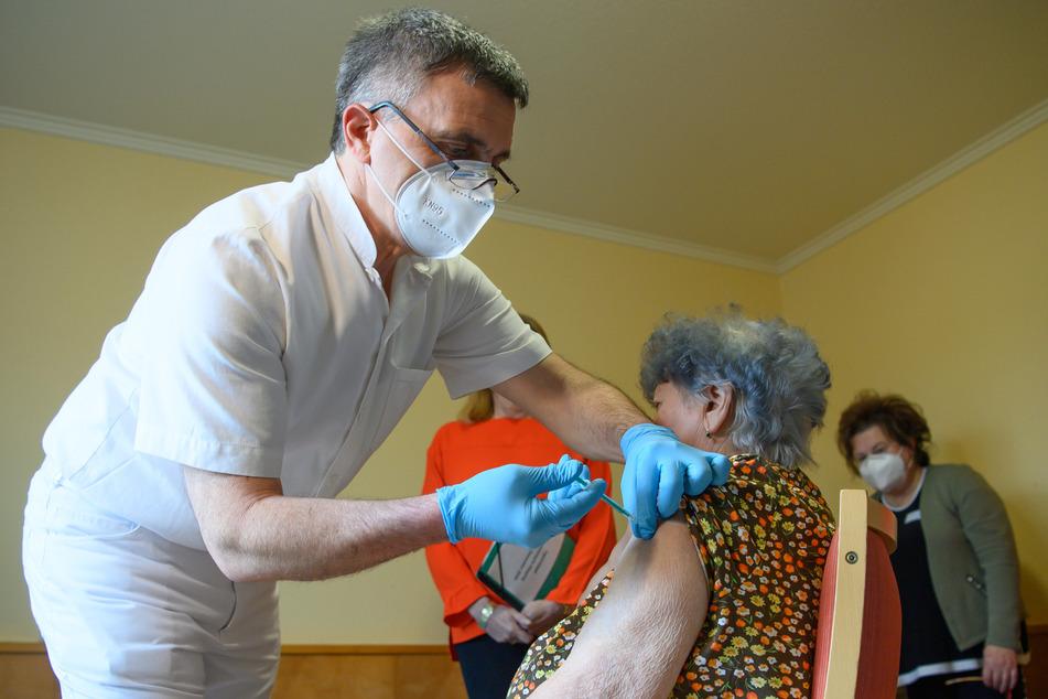 Auch in Sachsen haben am Sonntag die Impfungen gegen das Coronavirus begonnen.