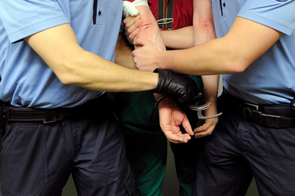 Mit brutalen Faustschlägen: Einbrecher zwingt Rentnerin zur Herausgabe von EC-Karte und PIN