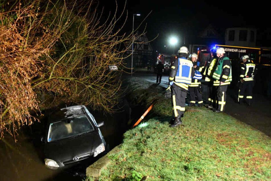 Der Toyota musste von der Feuerwehr und einem Abschlepper aus dem Bach geborgen werden.