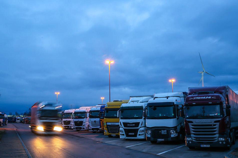 Tatort Autobahn-Parkplätze: In der Nacht schlugen Diebe zweimal an der A72 zu, klauten Frontscheinwerfer.