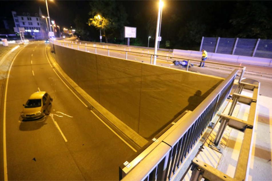 Die Unfallstelle am späten Mittwochabend. Unten steht der Wagen des 48-Jährigen, der den Biker überrollte.