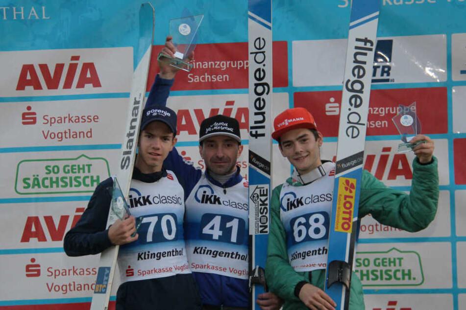 Dimitry Vassiliev gewann den COC-Wettbewerb am Samstag in Klingenthal überraschend vor Zak Mogel (links) und David Siegel.