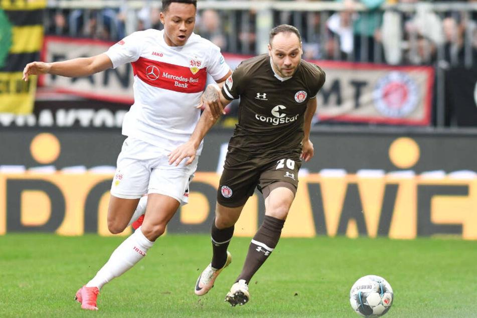 St. Paulis Rico Benatelli setzt sich im Laufduell gegen Stuttgarts Roberto Massimo durch.