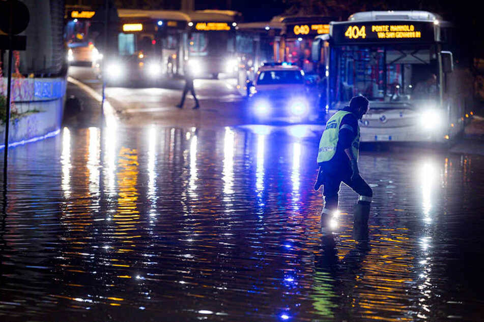 Sturmböen, Starkregen und Hagel sorgten für ein Verkehrschaos und Überschwemmungen.