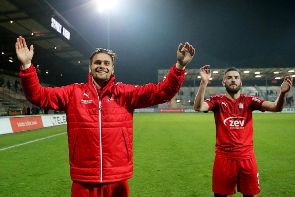 Strahlende Gesichter nach dem Spiel: Jonas Nietfeld (l.) feiert den Sieg.