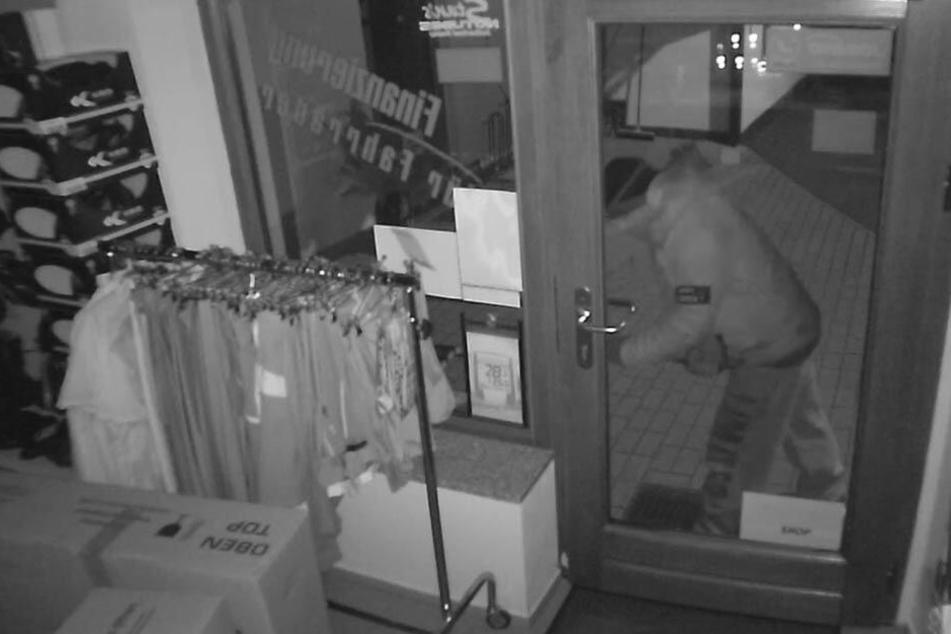 Mit dem Kuhfuß wollte der Einbrecher nachts in den Fahrradladen hinein.