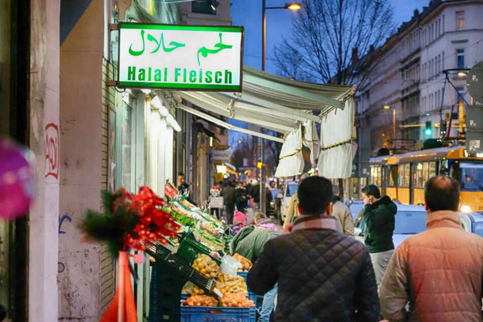 Die rund zwei Kilometer lange Eisenbahnstraße im Leipziger Osten ist vor allem am Abend ein beliebter Szene-Treff bei jungen Menschen. Das Angebot an Bars und Lokalitäten wächst jährlich.