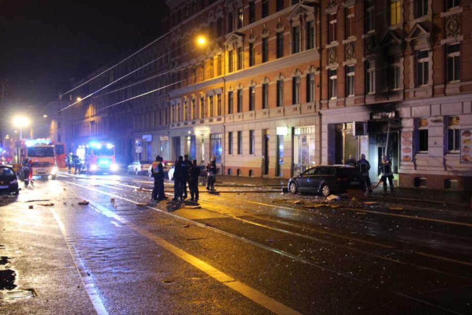 Die dunkle Fassade zeigt, wie hoch die Flammen aus dem Geschäft schlugen.