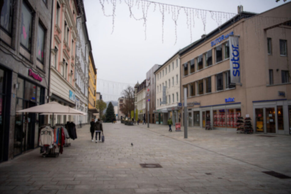 Nur wenige Menschen sind in der Fußgängerzone von Passau unterwegs.