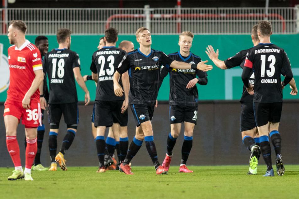 Die Paderborner Spieler jubeln über ihren frühen Führungstreffer.