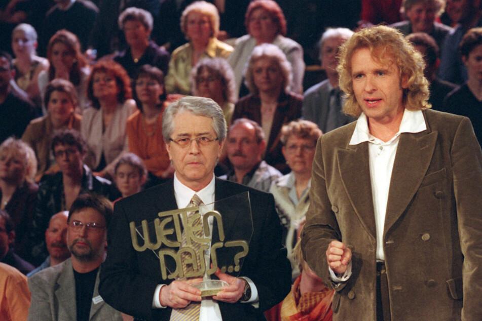 """Moderator Thomas Gottschalk (70) und der """"Wetten, dass...?""""-Erfinder Frank Elstner (l) präsentieren den Zuschauern im zweiten Teil der Jubiläumssendung 20 Jahre """"Wetten, dass...?"""" einen Rückblick."""