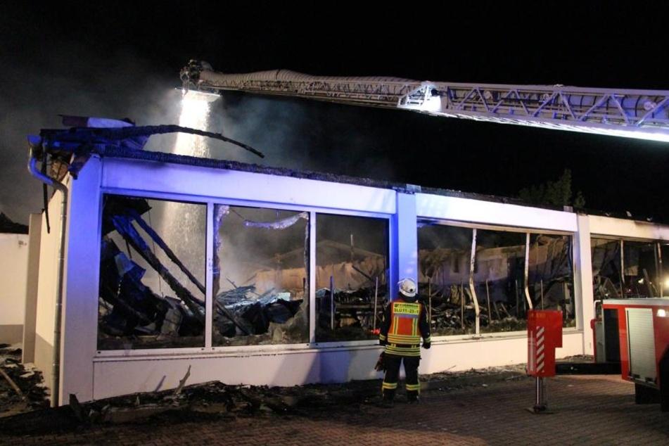 Bis in die Morgenstunden kämpfte die Feuerwehr gegen die Flammen.