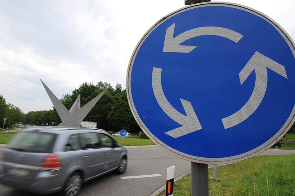 Der Mann fiel in den Sekundenschlaf und fuhr ungebremst in einen Kreisverkehr (Symbolbild).