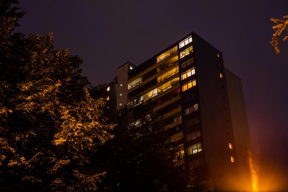 Die Fenster eines Hochhauses sind nach Einbruch der Dunkelheit hell erleuchtet. Aufgrund von zeitweisen Ausgangsbeschränkungen, dem Wegfall kultureller Angebote und Home-Office waren mehr Menschen zuhause und haben damit Einbrechern das Treiben erschwert.