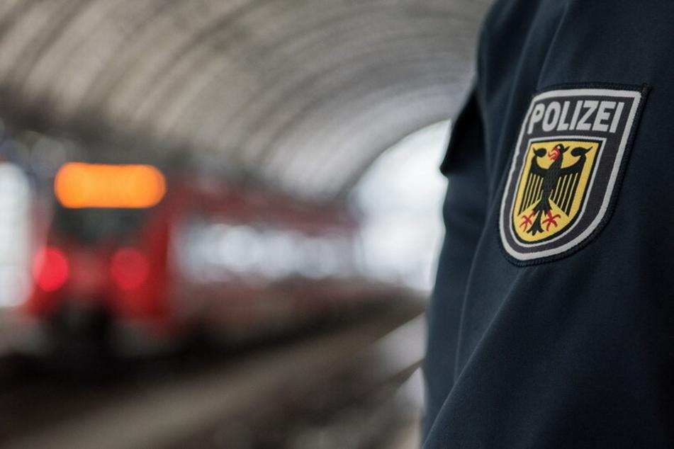 Im Zug: Männer geraten in heftigen Streit, dann sticht einer der beiden zu
