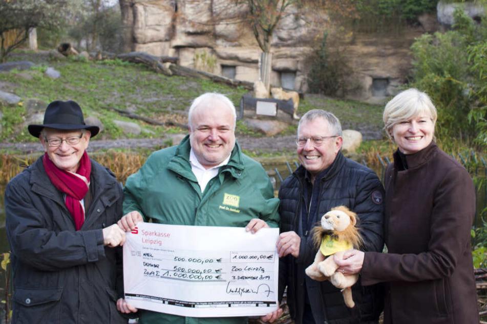 Zoodirektor Dr. Jörg Junhold (2.v.l.) freut sich über den Spendenrekord.