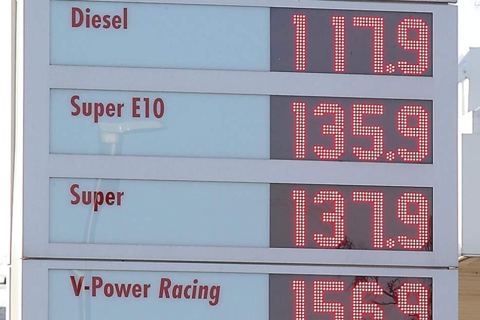 Nicht zu übersehen: Die Benzinpreise steigen in Sachsen.