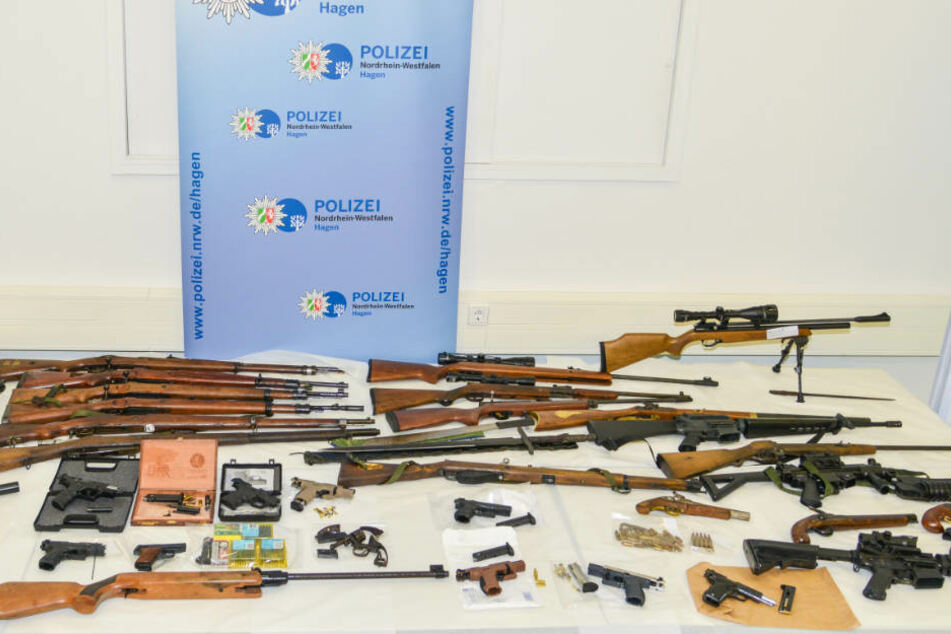 Gewehre, Pistolen, Bögen: Riesiger Waffenfund bei Rocker-Razzia in NRW