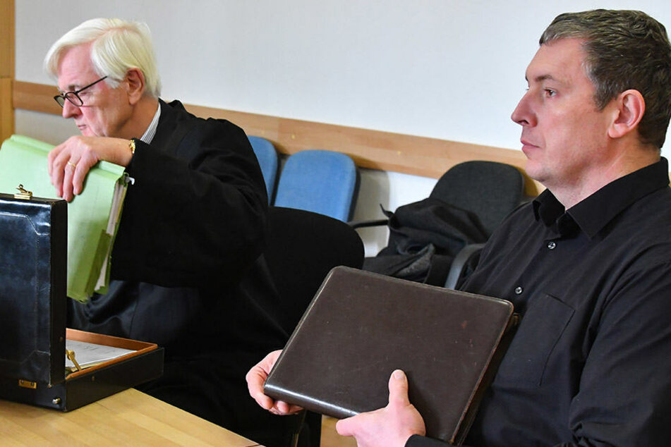 Der AfD-Landtagsabgeordnete Jan-Ulrich Weiß (r.) mit seinem Anwalt zum Prozessbeginn.