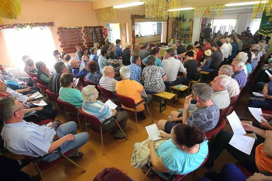 """Mit 128 Mitgliedern kamen so viele wie seit Jahren nicht mehr: Volles Vereinshaus bei der Abstimmung über die neue Führung in der Kleingartenanlage """"Zur Aue""""."""