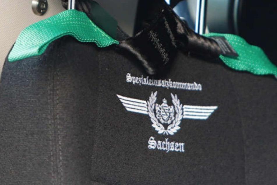 Wegen dieser Stickerei auf den Sitzen des Fahrzeugs entbrannte eine ungeheure Diskussion. Weil das SEK-Logo mit Lorbeerkranz und Frakturschrift angeblich an NS-Ästhetik erinnern würde.