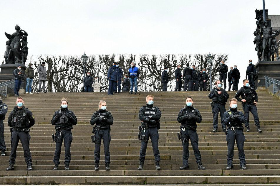 Mit klarer Präsenz will die Polizei auch an diesem Wochenende das Verbot von Querdenker-Demos durchsetzen.