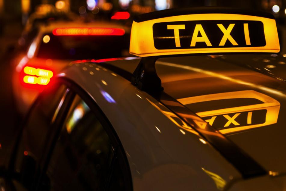 Eine 49-Jährige im Vollrausch musste am Samstagnachmittag auf einem Autobahnparkplatz an der B24 von der Polizei aus einem Taxi entfernt werden. (Symbolfoto)