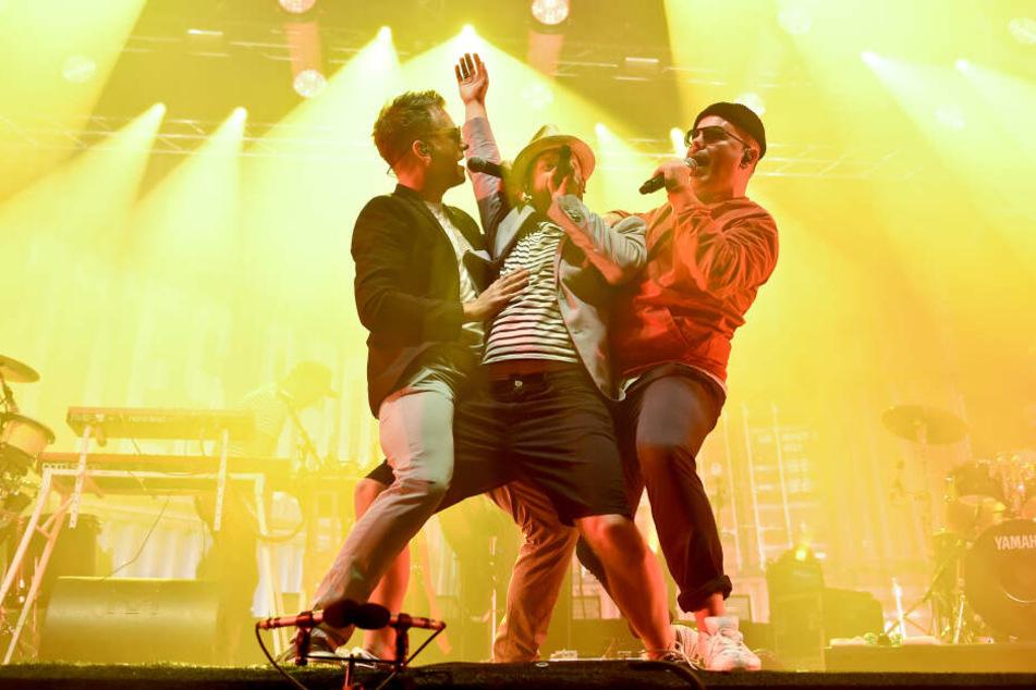 Die deutsche Hip-Hop-Crew Fettes Brot dreht bei einem Festival auf der Bühne ordentlich auf.