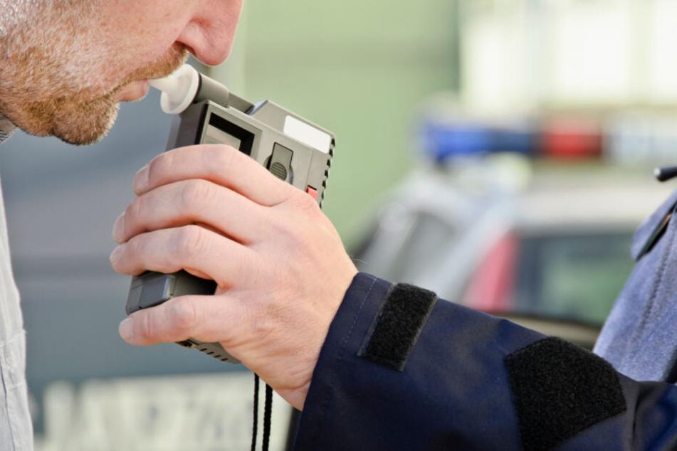Zu betrunken für den Alkoholtest! Polizei stoppt Suff-Fahrt auf der Autobahn