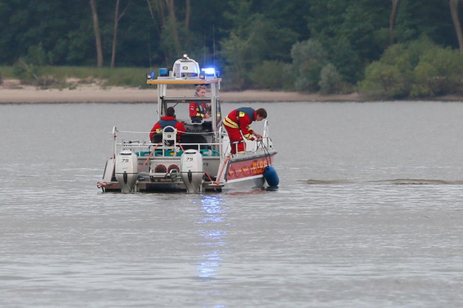 Die Feuerwehr zog die Leiche einer Frau in Wedel aus der Elbe (Archivbild).