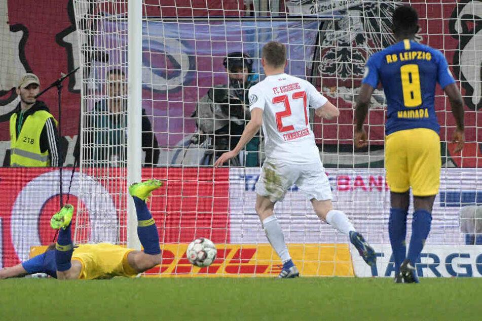 Alfred Finnbogason (#27) konnte in der 4. Minute der Nachspielzeit den Ausgleich für den FCA erzielen und sorgte für die Verlängerung.