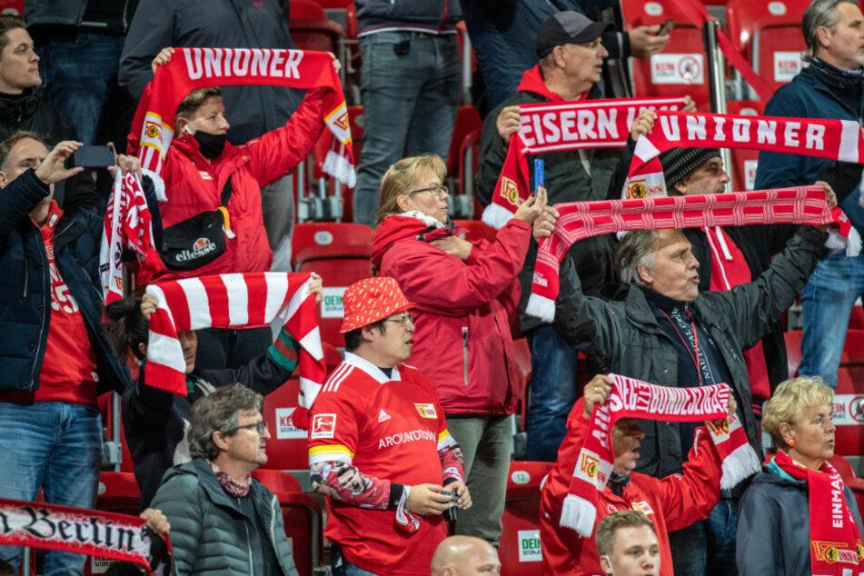 Fans von Union Berlin verfolgen in der Alten Försterei das Spiel gegen den FSV Mainz 05.