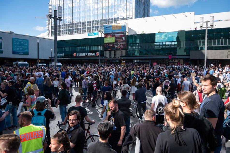 Berlin, 9. Mai 2020: Mehrere Hundert Menschen haben sich am Alexanderplatz in Berlin zu einer nicht angemeldeten Zusammenkunft versammelt. Die Polizei war mit mehreren Einsatzkräften vor Ort.