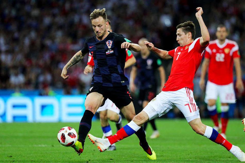 Kroatiens Ivan Rakitic (links; ehemals FC Schalke 04) im Duell mit Russlands Daler Kuziaev (r.).
