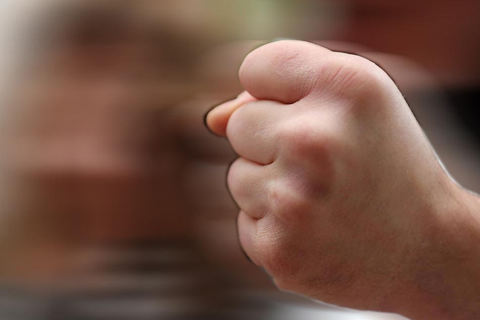Ein unbekannter Mann schlug am Mittwochabend ein 10-jähriges Mädchen.