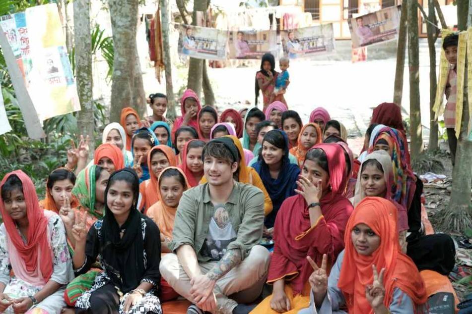 Youtube-Star Julien Bam umgeben von Kindern in Bangladesch.