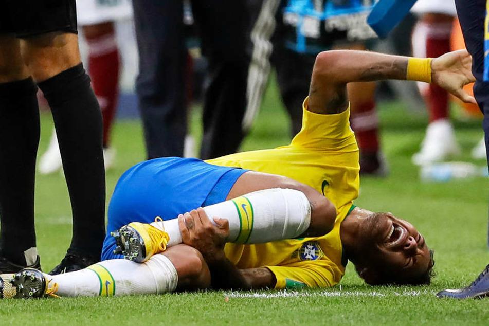 Ein Bild, das man bei der WM 2018 häufig sah: Neymar liegt schreiend und sich hin- und herrollend am Boden.