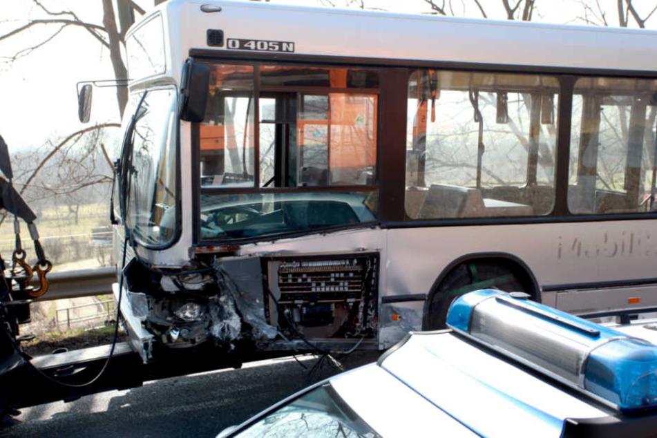 Linienbus stößt mit Auto zusammen: Zwei Personen schwer verletzt