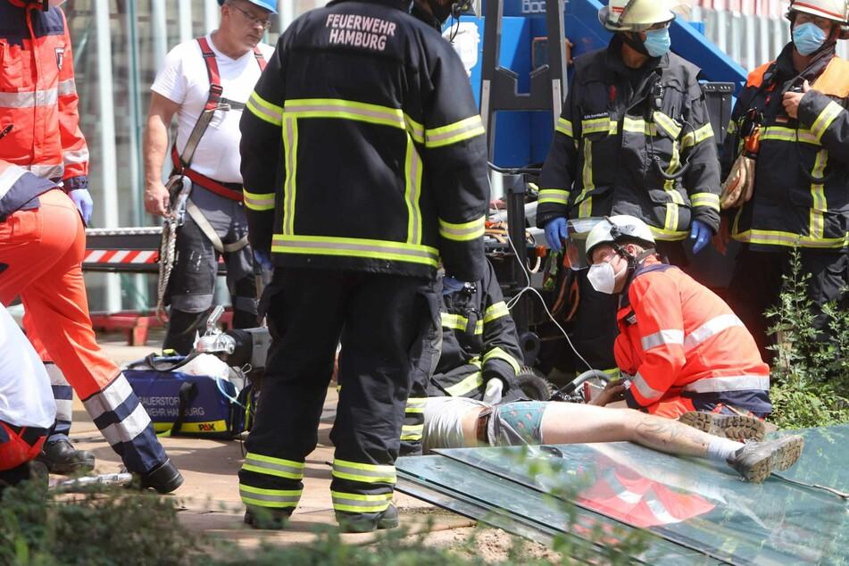 Die Rettungskräfte kümmern sich um den Mann, der von der Glasscheibe eingeklemmt wurde.